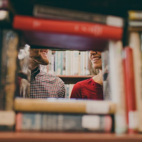 Kinder Bücher zu Hause aussortieren und in den Bücherschrank im Stadtteil bringen. Wenn es noch keinen Bücherschrank gibt, in dem jede*r Bücher reinlegen und mitnehmen kann, gemeinsam ein Projekt daraus machen und einen aufstellen!