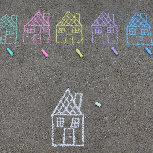 Private Hofeinfahrten/Garagenstellplätze zur Verfügung stellen und mit Kreide drauf schreiben: Hier darf gespielt werden!